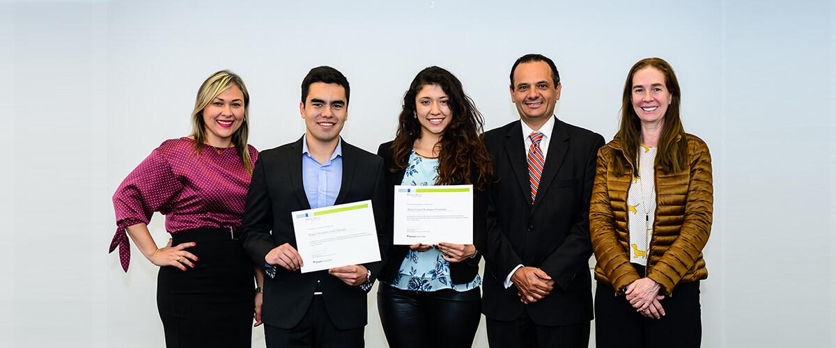 Foto grupal de beneficiarios y colaboradores