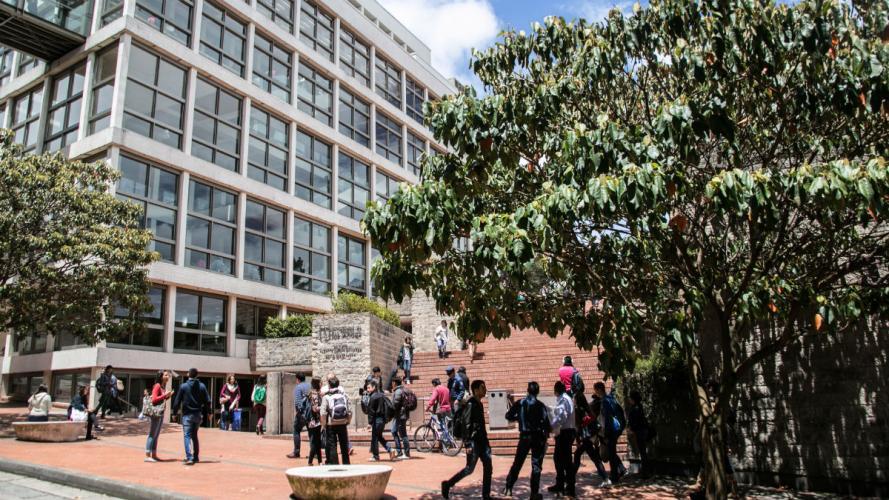 Fachada del edificio Carlos Pacheco Devia o Bloque W de la Universidad de los Andes.