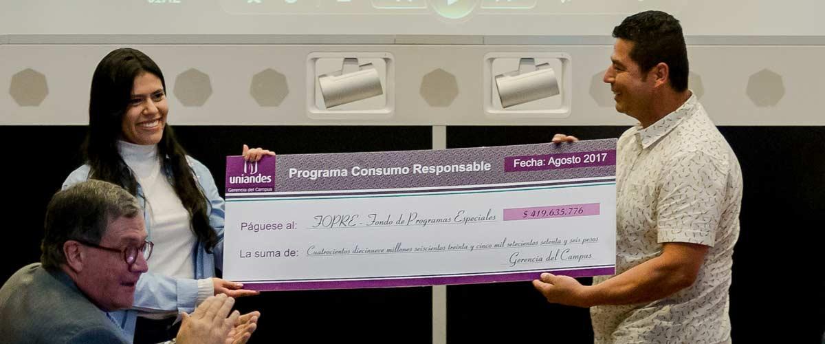 Abelardo Londoño, 'El mono', entrega el cheque en representación de las concesiones de Los Andes.