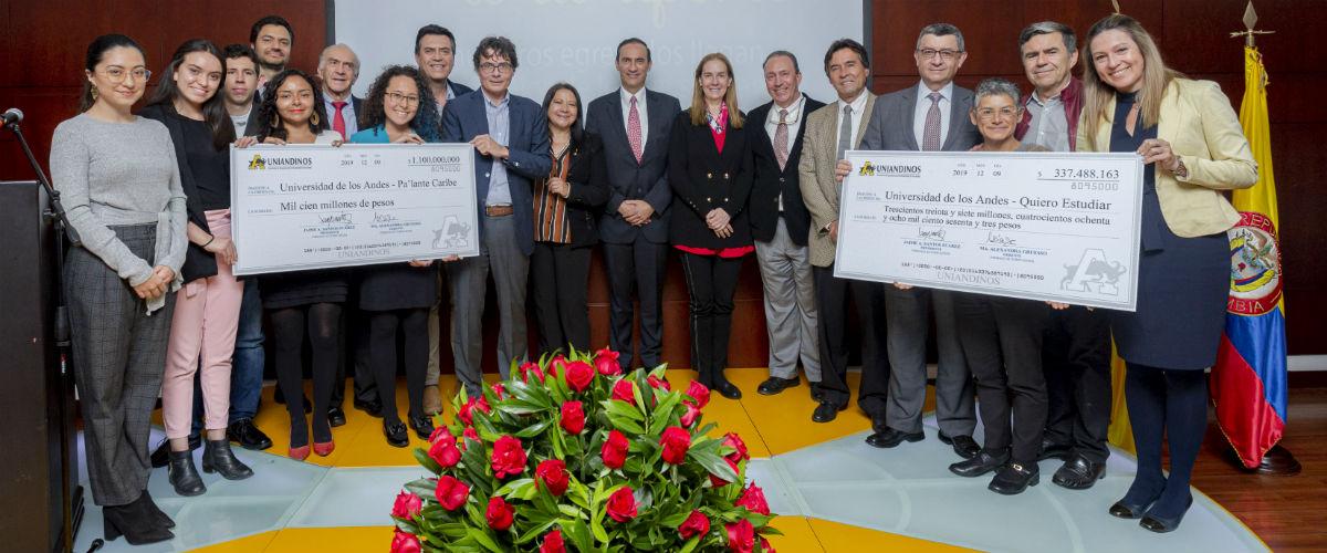 entrega de la donación a la Universidad por 1.400 millones de pesos, para becar a nuevos estudiantes.