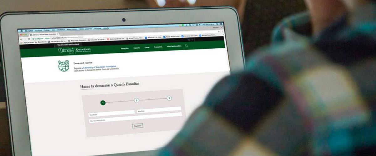 Una persona ve la página de donaciones de la Universidad de los Andes